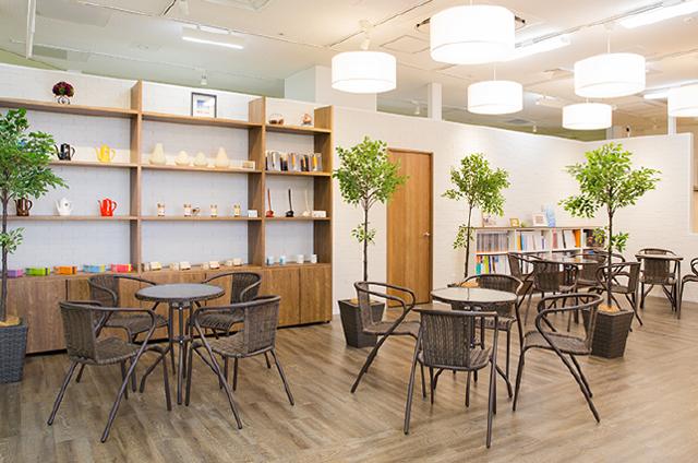 無料ドリンクサービスのあるカフェスペース